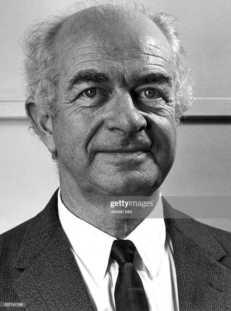 <b>Linus Pauling</b> (*1901-1994+) Naturwissenschaftler, Chemiker, USA, erhielt - linus-pauling-naturwissenschaftler-chemiker-usa-erhielt-1954-den-fr-picture-id537141789