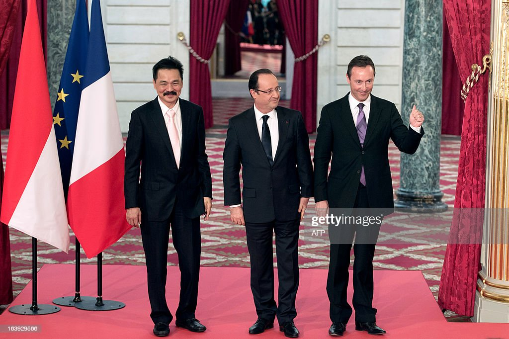 Lion Air founder and president director Rusdi Kirana (L) and French CEO of European aerospace giant Airbus Fabrice Bregier (R) pose with France's President Francois Hollande (C), after signing a contract during a ceremony at the Elysee presidential palace in Paris March 18, 2013. Airbus announced a record order worth 18.4 billion euros ($ 23.8 billion) from Indonesia's Lion Air for 234 medium-haul A320 jets. Lion Air, Indonesia's largest private carrier and one of the world's fastest growing airlines, is a new client for Airbus as it has previously been equipped almost exclusively by US rival Boeing.