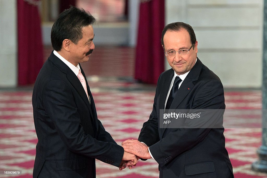 Lion Air founder and president director Rusdi Kirana (L) shakes hands with France's President Francois Hollande (R) after signing a contract with European aerospace giant Airbus during a ceremony at the Elysee presidential palace in Paris March 18, 2013. Airbus announced a record order worth 18.4 billion euros ($ 23.8 billion) from Indonesia's Lion Air for 234 medium-haul A320 jets. Lion Air, Indonesia's largest private carrier and one of the world's fastest growing airlines, is a new client for Airbus as it has previously been equipped almost exclusively by US rival Boeing. AFP PHOTO / BERTRAND LANGLOIS