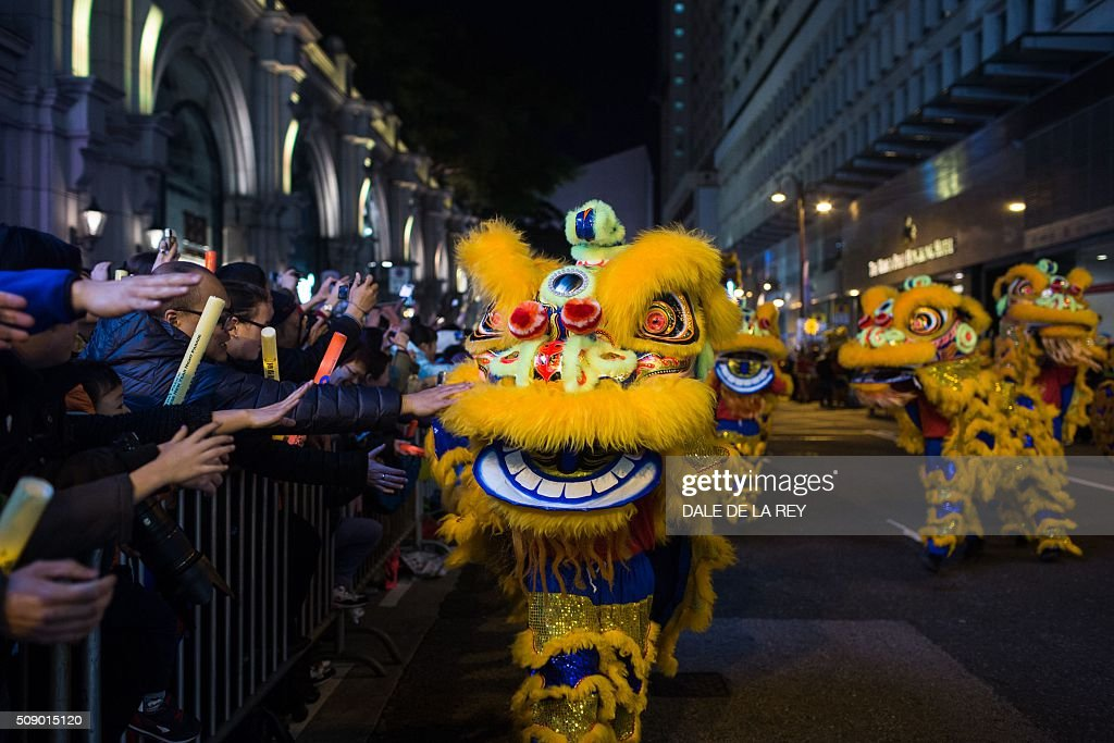 A lion and dragon dance team performs during a Lunar New Year parade in Hong Kong on February 8, 2016. The Lunar New Year of the Monkey begins on February 8. AFP PHOTO / DALE DE LA REY / AFP / DALE de la REY