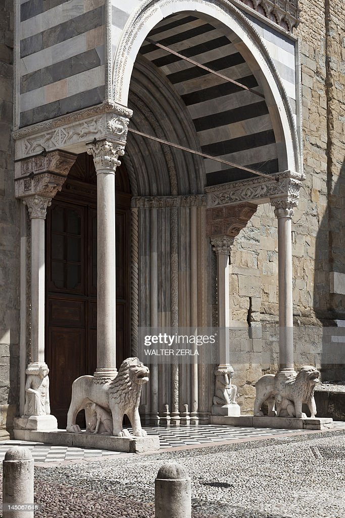 Lion statues in archway entrance : Stock Photo