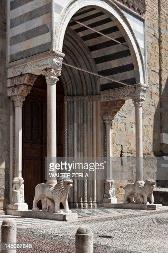 Lion statues in archway entrance : Bildbanksbilder