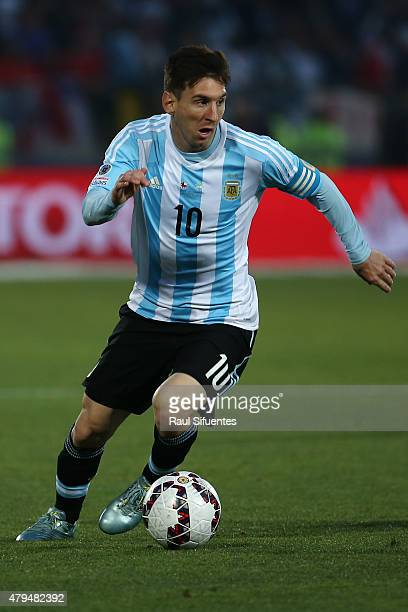 Lionel Messi of Argentina drives the ball during the 2015 Copa America Chile Final match between Chile and Argentina at Nacional Stadium on July 04...