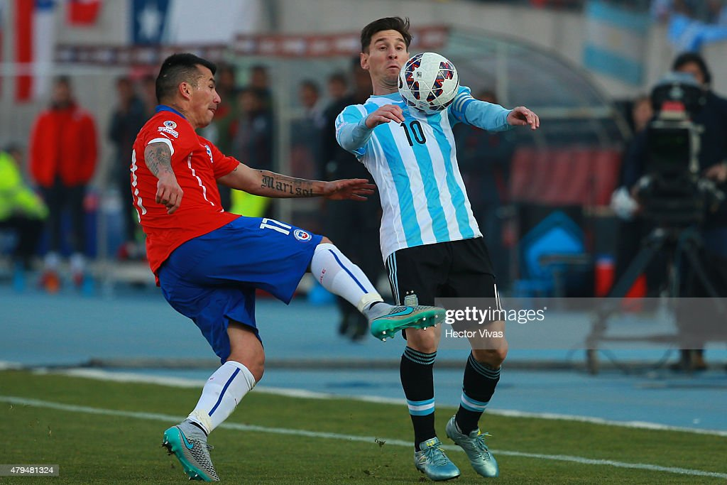 <a gi-track='captionPersonalityLinkClicked' href=/galleries/search?phrase=Lionel+Messi&family=editorial&specificpeople=453305 ng-click='$event.stopPropagation()'>Lionel Messi</a> of Argentina fights for the ball with <a gi-track='captionPersonalityLinkClicked' href=/galleries/search?phrase=Gary+Medel&family=editorial&specificpeople=4123504 ng-click='$event.stopPropagation()'>Gary Medel</a> of Chile during the 2015 Copa America Chile Final match between Chile and Argentina at Nacional Stadium on July 04, 2015 in Santiago, Chile.
