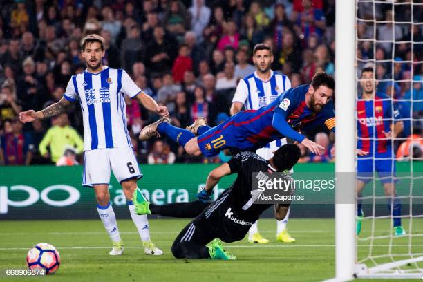 Lionel Messi of FC Barcelona clashes with goalkeeper Geronimo Rulli of Real Sociedad de Futbol during the La Liga match between FC Barcelona and Real...