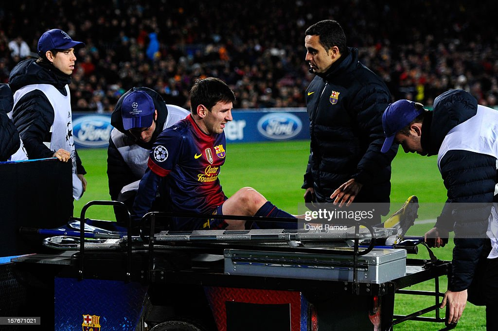 <a gi-track='captionPersonalityLinkClicked' href=/galleries/search?phrase=Lionel+Messi&family=editorial&specificpeople=453305 ng-click='$event.stopPropagation()'>Lionel Messi</a> of FC Barcelona leaves the pitch on a stretcher after being injured during the UEFA Champions League Group G match between FC Barcelona and SL Benfica at Nou Camp on December 5, 2012 in Barcelona, Spain.