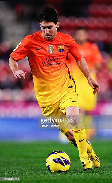 Lionel Messi of FC Barcelona runs with the ball during the La Liga match between RCD Mallorca and FC Barcelona at Iberostar Stadium on November 11...