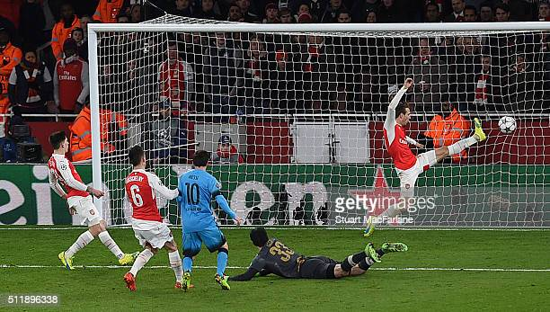 Lionel Messi shoots past Arsenal goalkeeper Petr Cech to score the 1st Arsenal goal during the UEFA Champions League Round of 16 1st leg match...