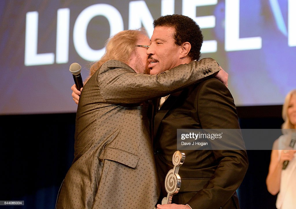 Lionel Richie accepts the O2 Silver Clef Award from Barry Gibb during the Nordoff Robbins O2 Silver Clef Awards on July 1, 2016 in London, United Kingdom.