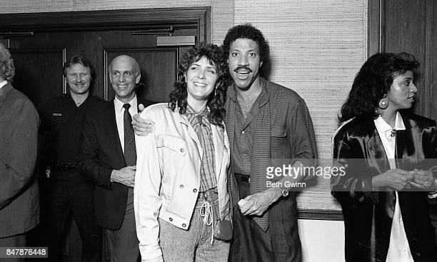 Lionel Richie and Kathy Mattea pose for a portrait at a Jobete music party to honor Otis Blackwell on October 12 1986 in Nashville Tennessee