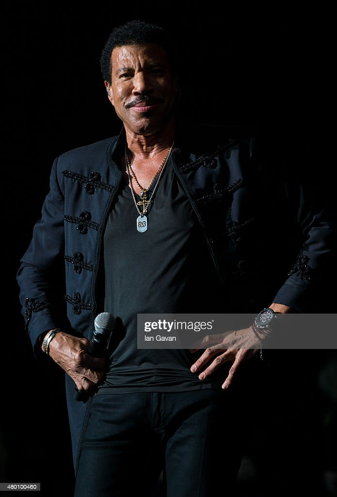 <a gi-track='captionPersonalityLinkClicked' href=/galleries/search?phrase=Lionel+Richie&family=editorial&specificpeople=204139 ng-click='$event.stopPropagation()'>Lionel Richie</a> performs on Day 2 of The Henley Festival on July 9, 2015 in Henley-on-Thames, England.