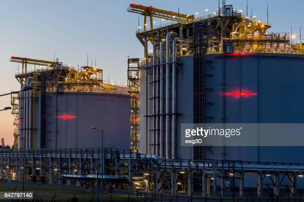 Vloeibaar aardgas opslag station door de nacht, Swinoujscie, Polen