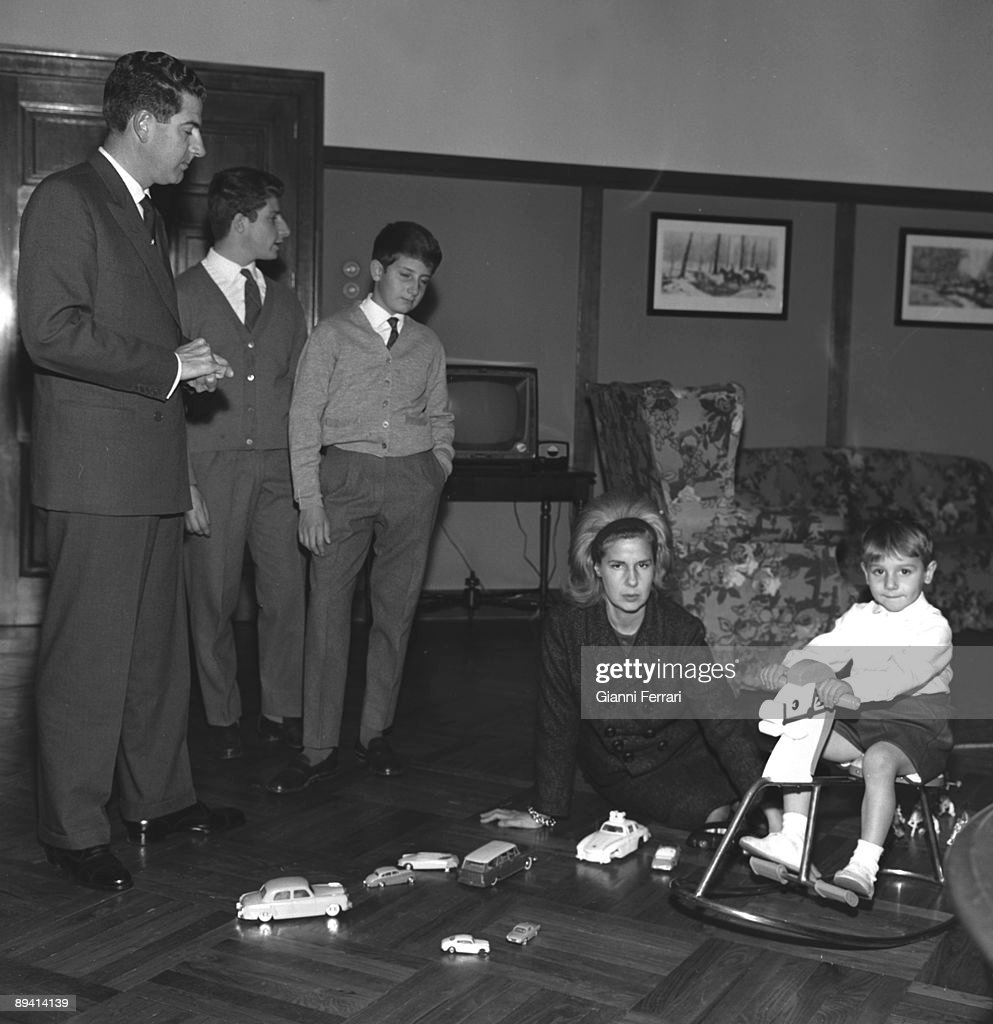 1964. Liria Palace, Madrid. (Spain). Portrait of Duchess of Alba with her husband Luis Martinez de Irujo y Artacoz and their children Carlos, Alfonso and Fernando.