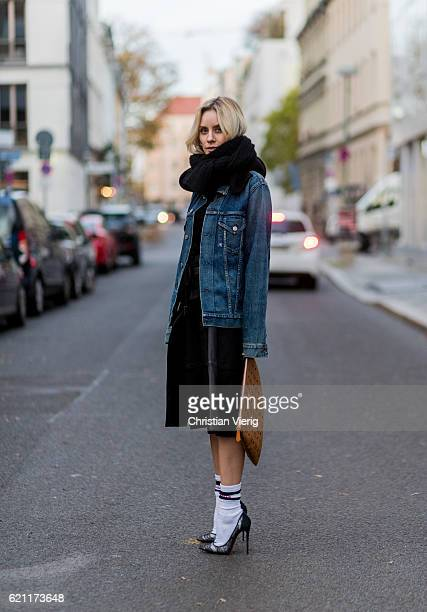 Lisa Hahnbueck wearing a navy dark blue oversized Boyfriend Denim Jacket Citizens of Humanity Wilkes a black HM Trend Knit a black Set fashion...