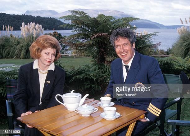 Lisa Kreuzer Volker Brandt PRO 7 Serie 'Glueckliche Reise ' Folge 10 'Neuseeland' Rotorua/Neuseeland TaraweraSee Tasse Getraenk Tee Uniform CoPilot...