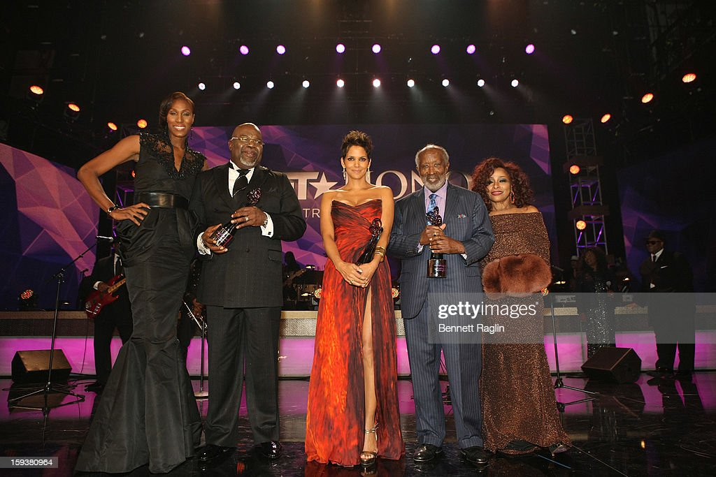 <a gi-track='captionPersonalityLinkClicked' href=/galleries/search?phrase=Lisa+Leslie&family=editorial&specificpeople=202228 ng-click='$event.stopPropagation()'>Lisa Leslie</a>, T.D. Jakes, <a gi-track='captionPersonalityLinkClicked' href=/galleries/search?phrase=Halle+Berry&family=editorial&specificpeople=201726 ng-click='$event.stopPropagation()'>Halle Berry</a>, <a gi-track='captionPersonalityLinkClicked' href=/galleries/search?phrase=Clarence+Avant&family=editorial&specificpeople=706032 ng-click='$event.stopPropagation()'>Clarence Avant</a> and <a gi-track='captionPersonalityLinkClicked' href=/galleries/search?phrase=Chaka+Khan&family=editorial&specificpeople=208691 ng-click='$event.stopPropagation()'>Chaka Khan</a> onstage at BET Honors 2013 at Warner Theatre on January 12, 2013 in Washington, DC.