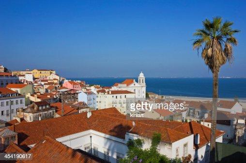 Lisboa Alfama vista panorámica hacia el río : Foto de stock