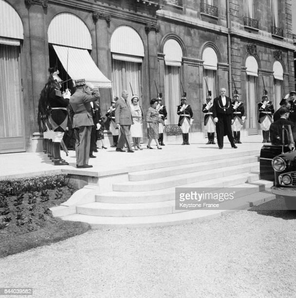 A l'issue du déjeuner la reine Fabiola quitte l'Elysée entourée du Général de Gaulle et de Madame de Gaulle à Paris France le 21 mai 1961