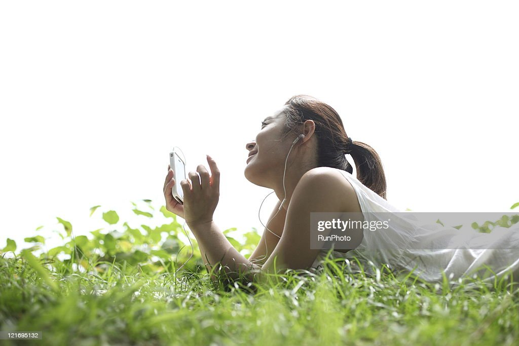 listen to music on the mobile phone : Stock Photo