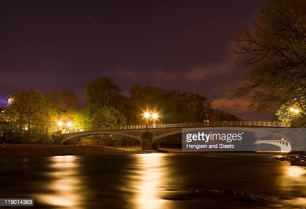 Beleuchtete Brücke über den Fluss bei Nacht