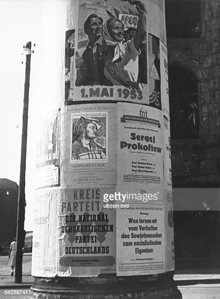 LitfassSäule in Ostberlin mit Plakatenzum 1 Mai 1953 dem Kreisparteitag derNDPD und einem Vortrag zum Thema 'Waslernen wir vom Verhalten...