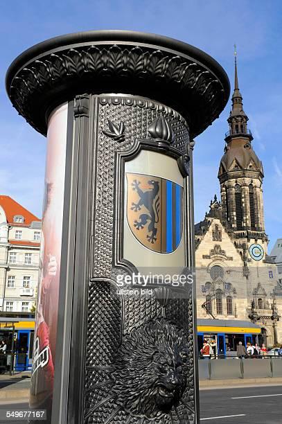 Litfasssäule mit Leipziger Löwen und Stadtwappen dahinter Hotel Fürstenhof und evangelischreformierte Kirche am Goerdelerring