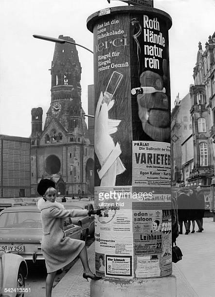 Litfaßsäule an der KaiserWilhelmGedächtniskirche in Berlin1965