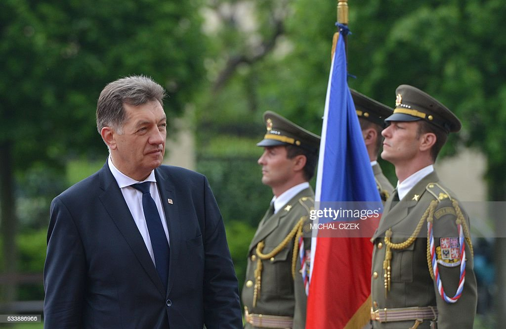 Lithuanian Prime Minister Algirdas Butkevicius (L) reviews a guard of honor prior to talks with his Czech counterpart on May 24, 2016 in Prague. / AFP / Michal Cizek