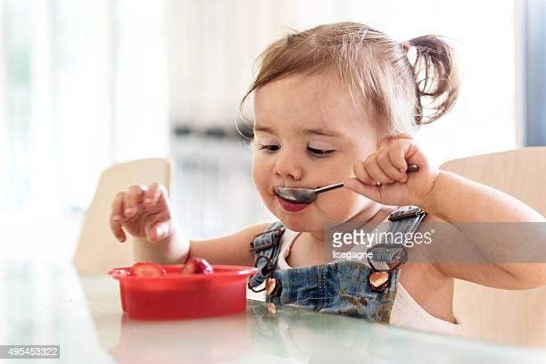 Petite fille manger deux ans jello