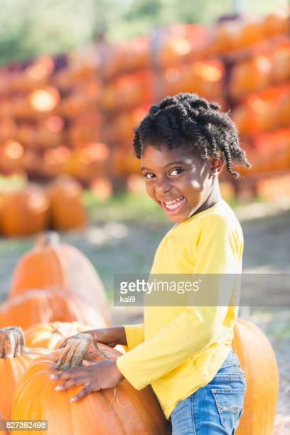 パンプキン パッチのアフリカ系アメリカ人少女