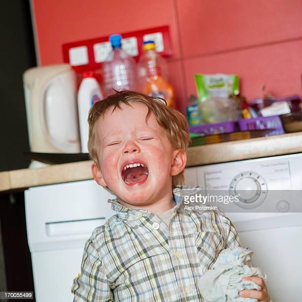 Piccolo ragazzo arrabbiato gridando