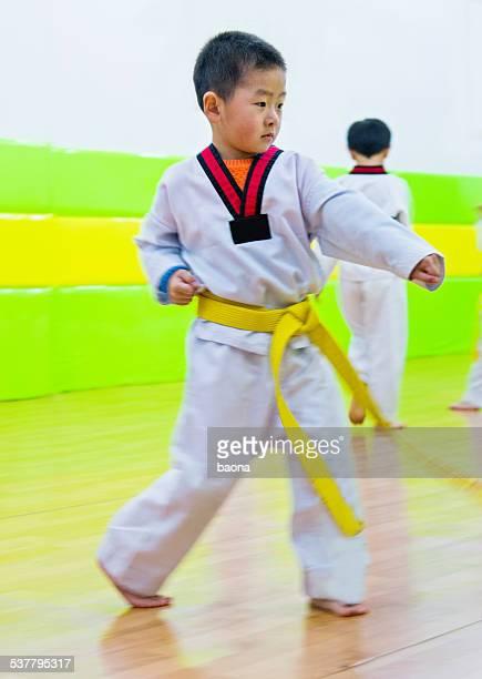 小さなアジアの少年エクササイズテコンドー