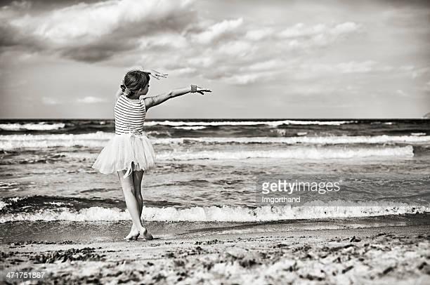 Kleine ballerina auf den Strand