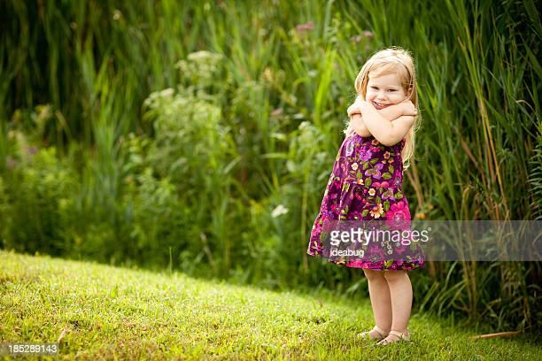 Poco chica rubia con hermosa sonrisa, lo que ella Hug