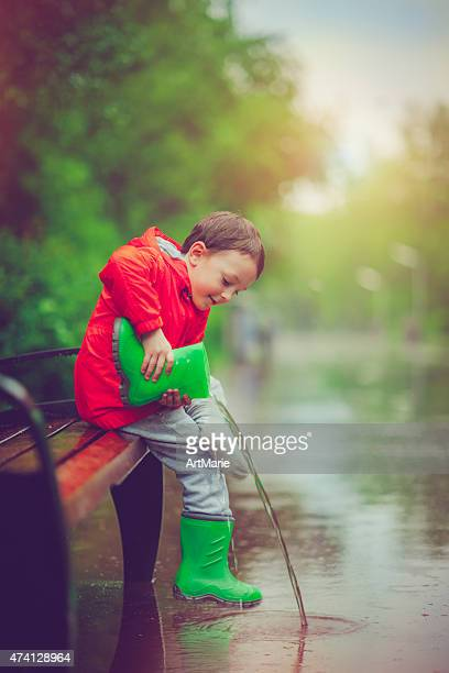 Little boy después de lluvia
