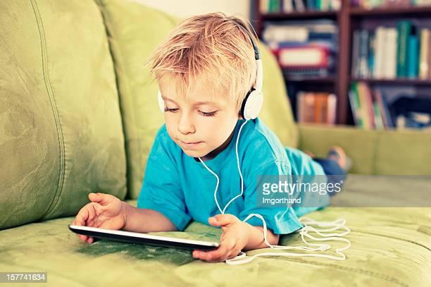 Kleine Junge und ein tablet
