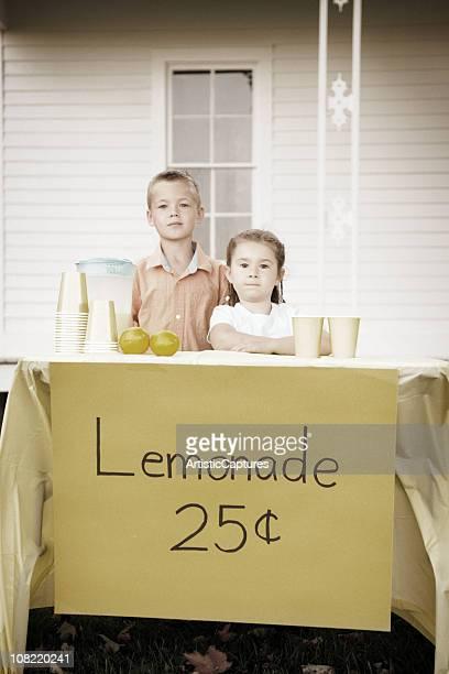 Petit garçon et fille debout derrière l'ancienne buvette