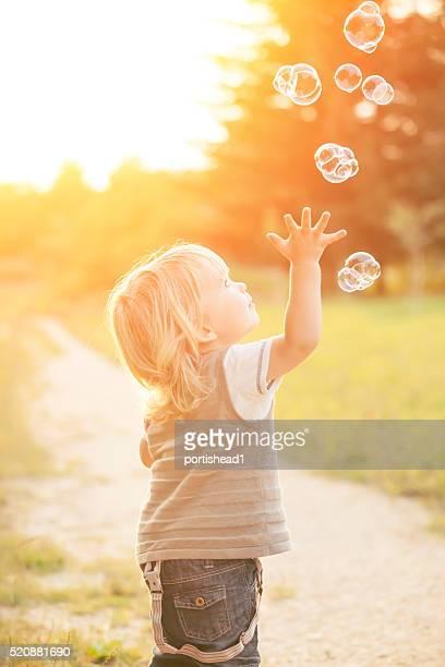 Petit garçon et des bulles de savon