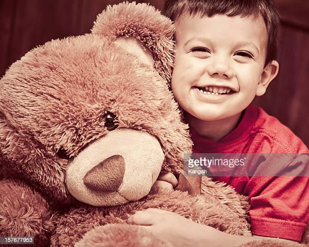 Petit garçon et les ours en peluche