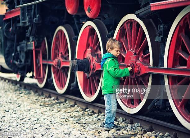 Little boy y la locomotora de vapor.