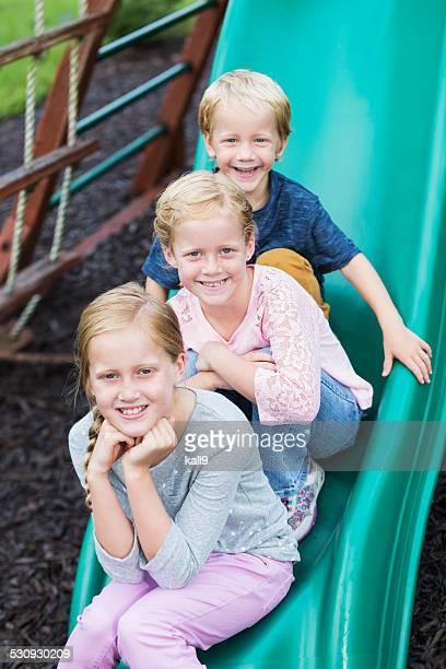 Petit garçon et fille sur le toboggan de jeu pour deux