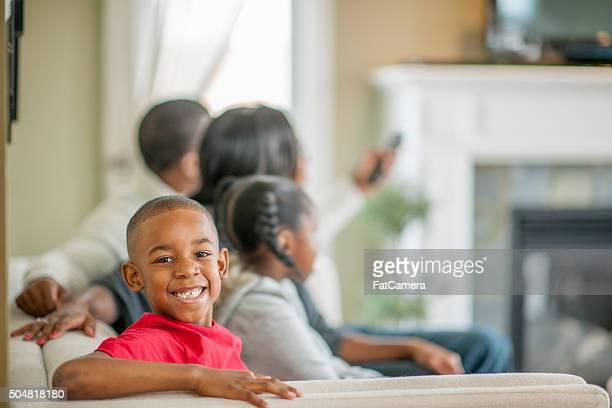 Petit garçon à la maison avec sa famille