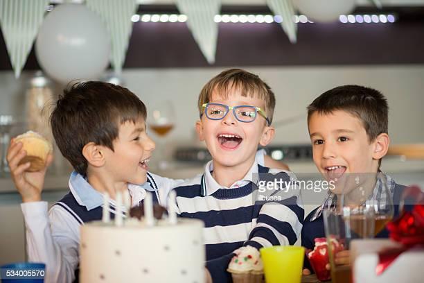 Rapaz Festa de Aniversário: Comer cupcakes