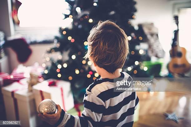 Petit garçon décorer son premier Sapin de Noël