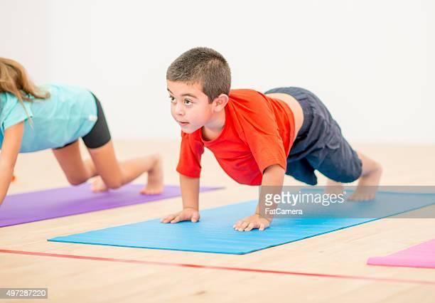 Kleine Junge Yoga