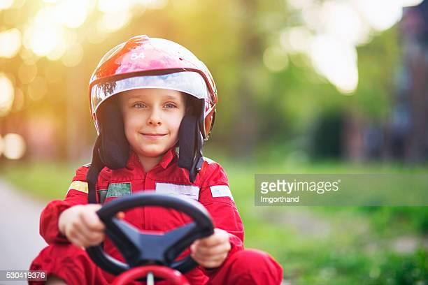 Kleiner Junge eine go-kart-Fahren