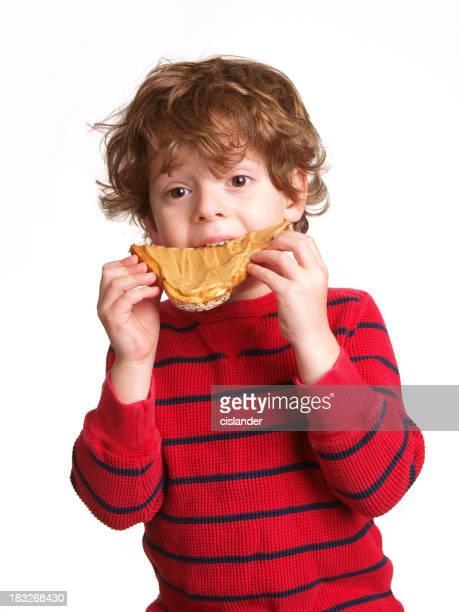 Junge Essen Erdnussbutter