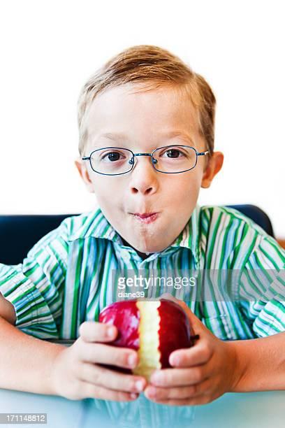 Rapaz comer uma maçã