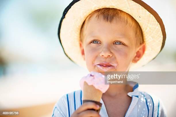 Kleine Junge Essen Eis.