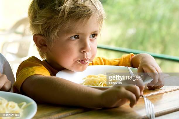 Ragazzino mangiare spaghetti